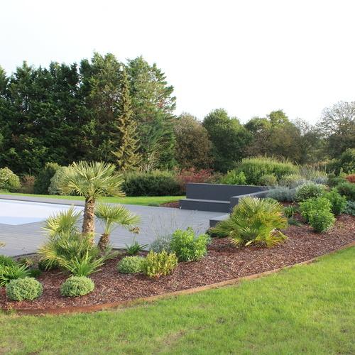 Installation d''une piscine dans un jardin moderne