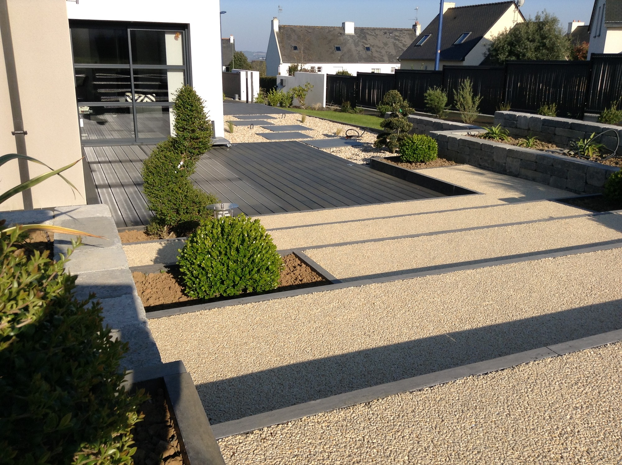 Am nagement du jardin en pente terrasses stationnement for Amenagement entree jardin