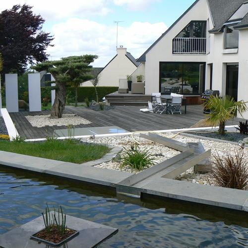 Terrasse, bassin dans un jardin contemporain et moderne à Trégueux